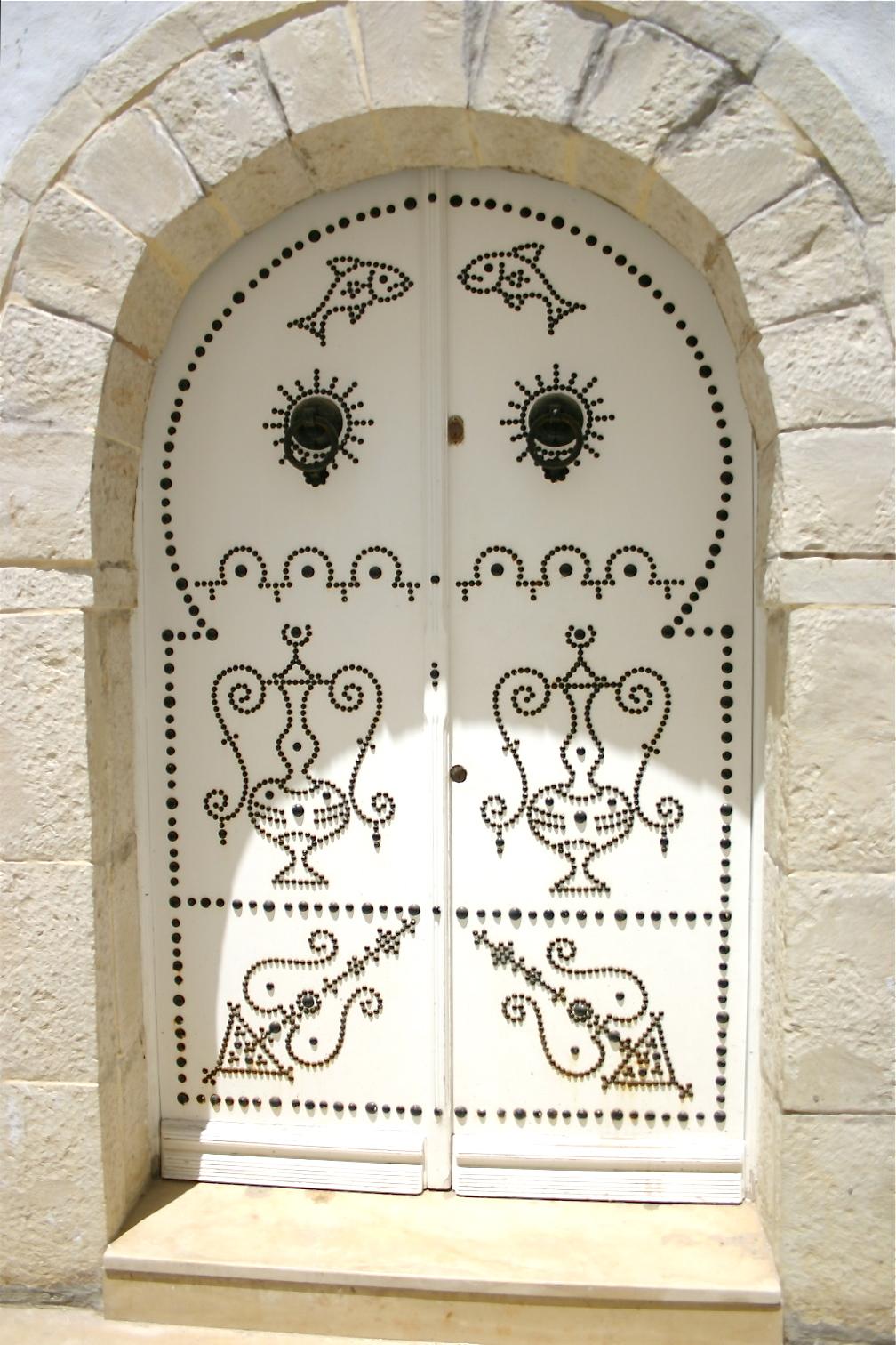Tunisie les portes blanches quelle l gance 4 leklektik for Porte en fer forge en tunisie