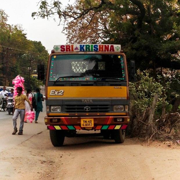 Les camions sont souvent de couleur jaune.