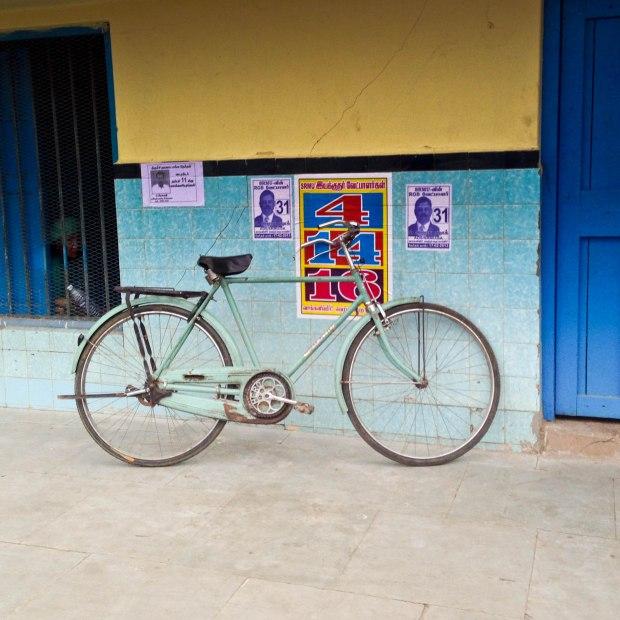 Vélo sur le quai d'une gare