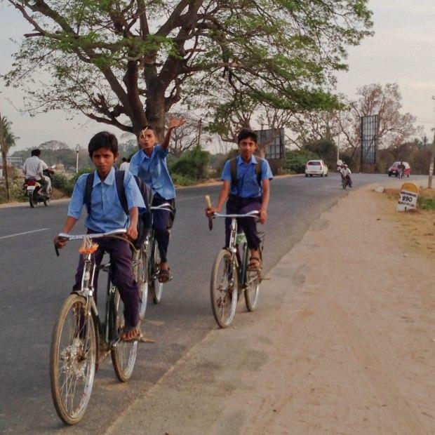 Quelquefois l'école est éloignée de la maison et les petits chanceux ont des vélos