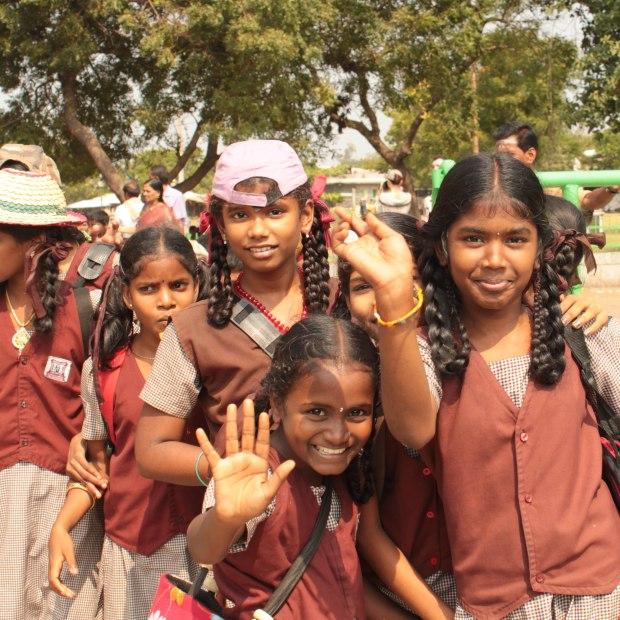 Écolières en excursion au temple, mais elles étaient bien plus intéressées par nous que par les vieilles pierres.