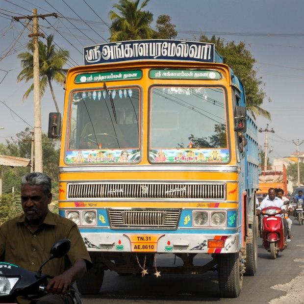 """Un camion hindouiste jaune qui roule vite, c'est un """"Turbo King"""""""