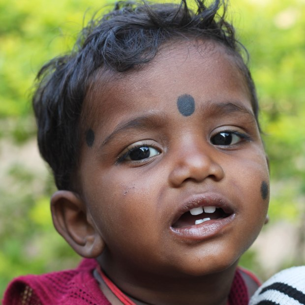 Le tilak (appelé aussi tika, bindi ou pottu) est une marque portée sur le front par la plupart des hindous