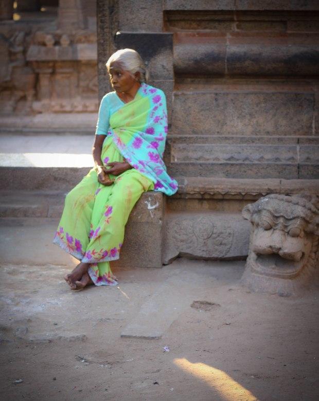 Seule au milieu des pierres du temple, le regard perdu...