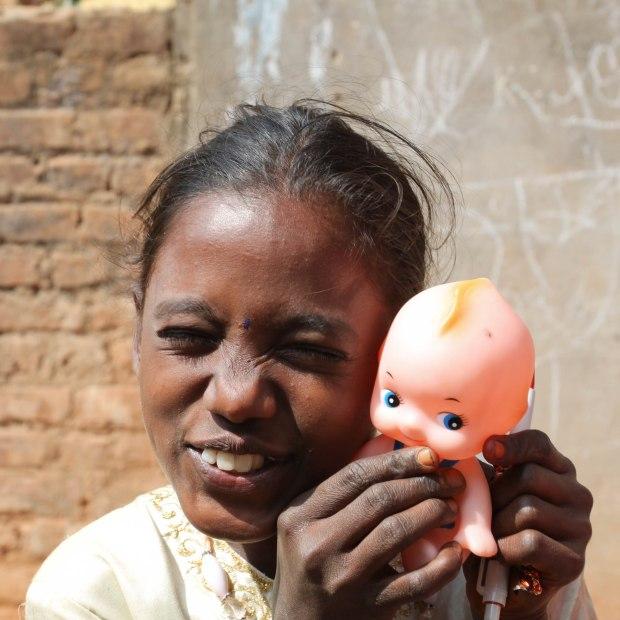 Une poupée, un objet rare, du bonheur, rien que du bonheur