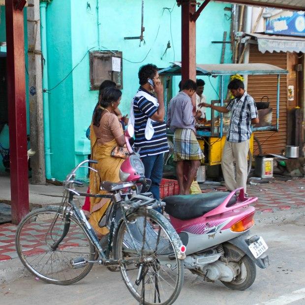 Le vélo à taches, pas impressionné par le beau scooter