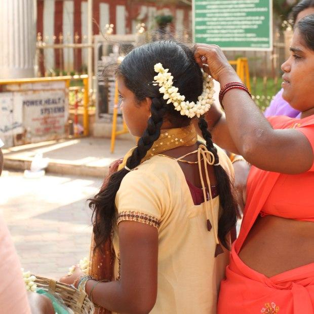 Des rubans et des couronnes de jasmin dans les cheveux