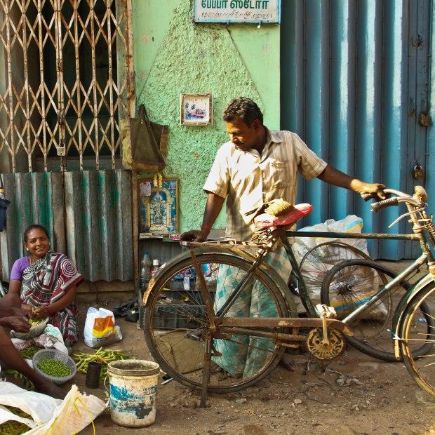 Vélo en pause, son maitre est parti dans des grandes discussions avec la vendeuse de légumes.