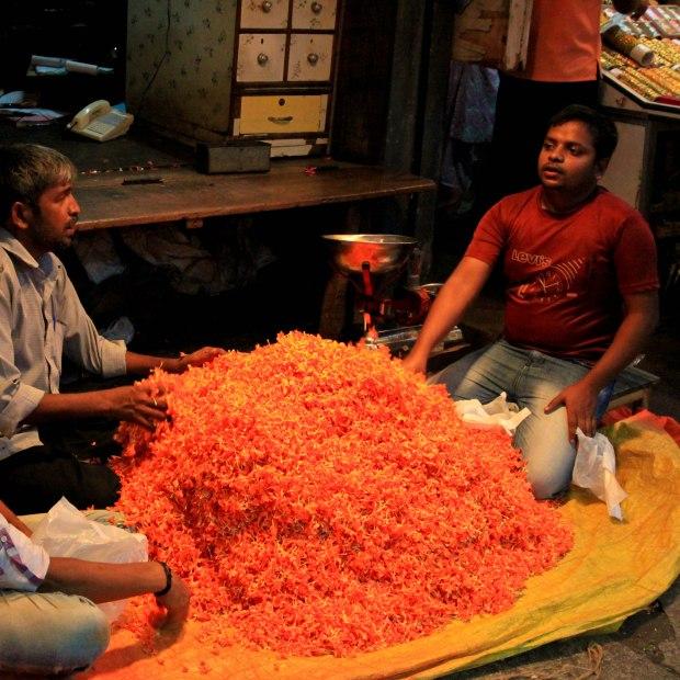 Ce ne sont pas des pigments ni des épices, ce sont des pétales de fleurs qui se vendent au kilo, comme chez nous le poisson! Il y a de véritables enchères sur les marchés.