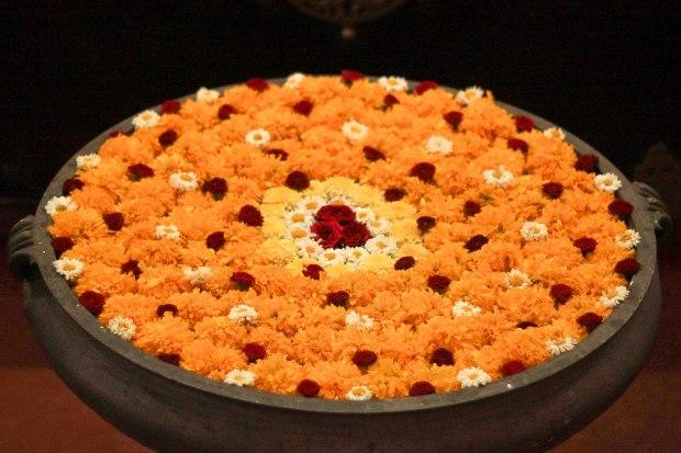 Harmonie de chrysanthèmes et roses, en décoration d'un home-stay.