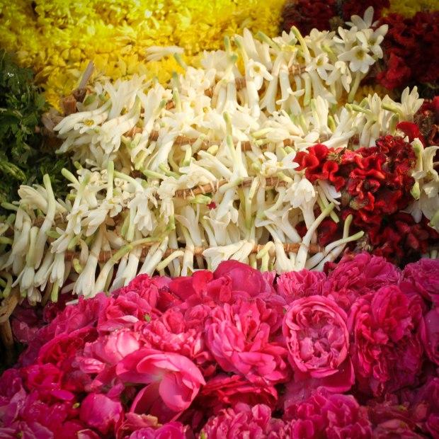 Guirlandes de roses, jasmin ou chrysanthèmes.