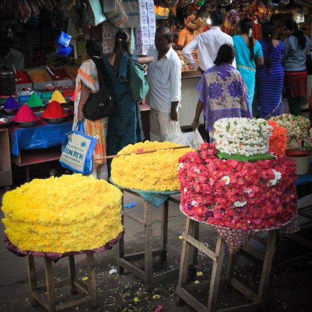 Toujours au marché, guirlandes de fleurs tressées