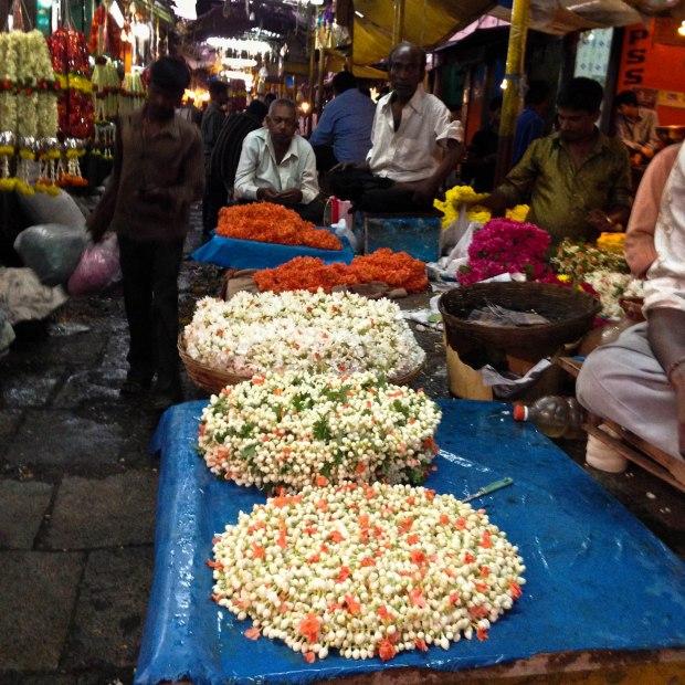 Au marché les guirlandes sont vendues au mètre.