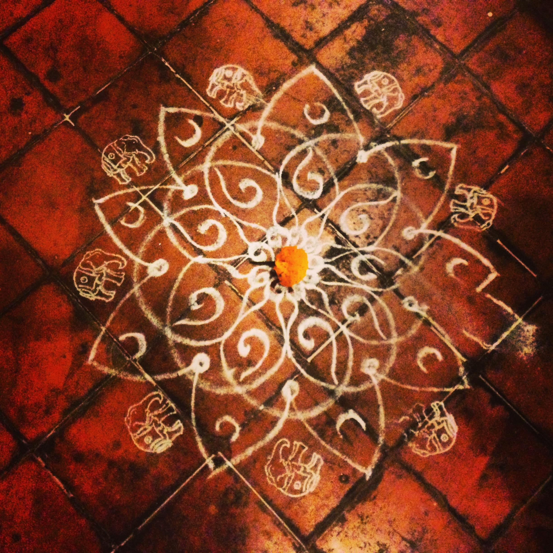 Dessiner et peindre en inde du sol au plafond leklektik for Peinture sol carrele