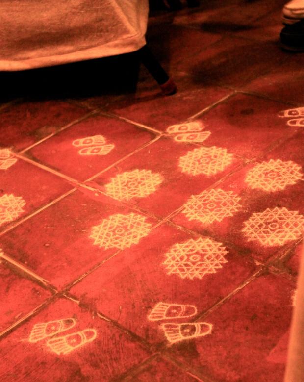 Rangoli kolam sur le sol du théâtre