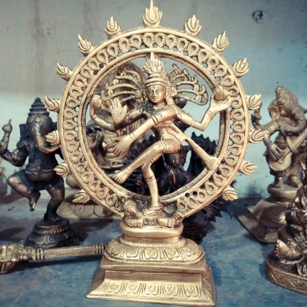 shiva roi de la-danse dans son cercle de feu.