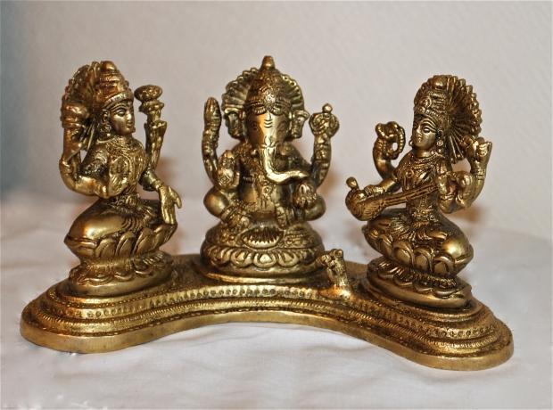 Trio.Laksmi et ses lotus, et Sarasvati tenant une veena