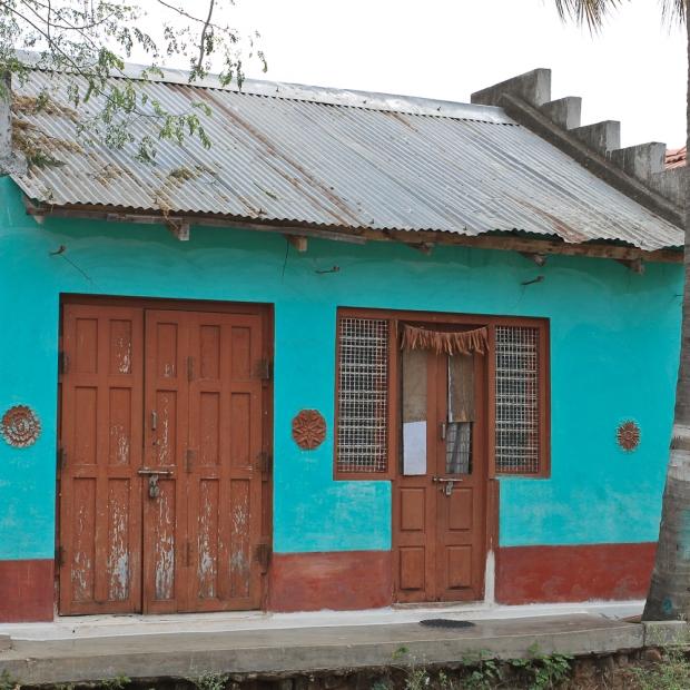 La maisonnette turquoise-cobalt, bien fermée, verrouillée et cadenassée.