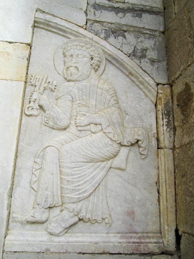 Bas relief en marbre blanc avec St Pierre