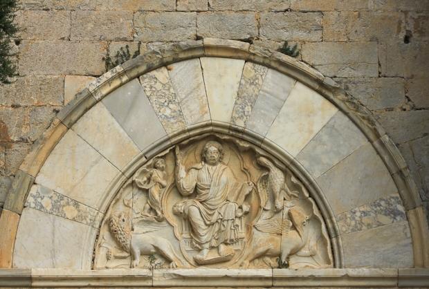 Linteau du portail en marbre polychrome
