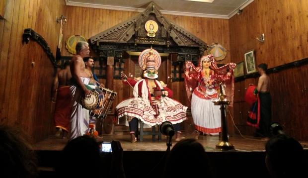 Danseurs et musiciens, à droite un grimage jaune représentant les ascètes et les femmes.