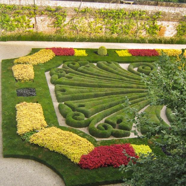 Des jardiniers-orfévres s'occupent de ce jardin, l'arrosent, le taillent le nettoient, le ratissent comme un jardin japonais.