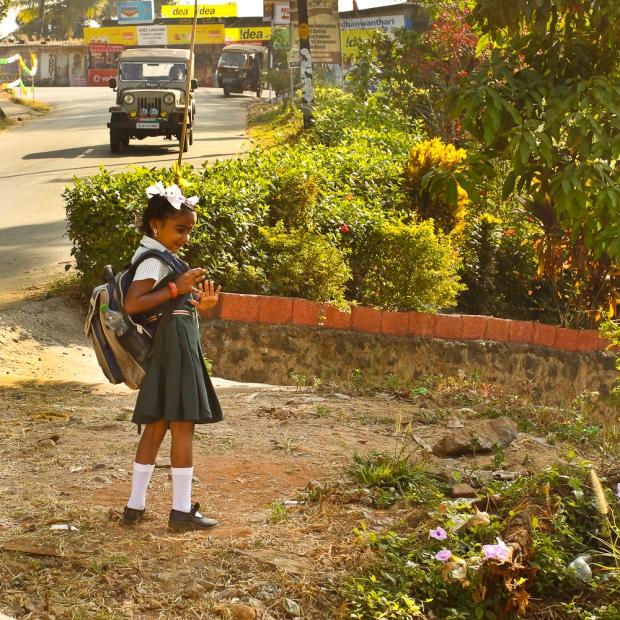 Une chance pour elle, un bus vient la chercher pour l'école. Elle salue sa maman et sa petite soeur.