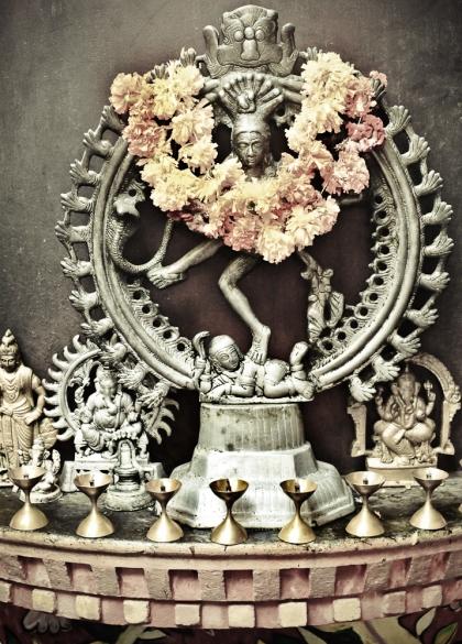 Shiva à droite de la scène.