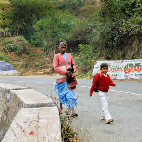 Il se dépêche d'aller à l'école, accompagné par sa grand-mère.