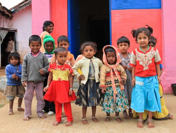 L'institutrice a fait sortir les enfants de la classe pour que nous puissions prendre une photo