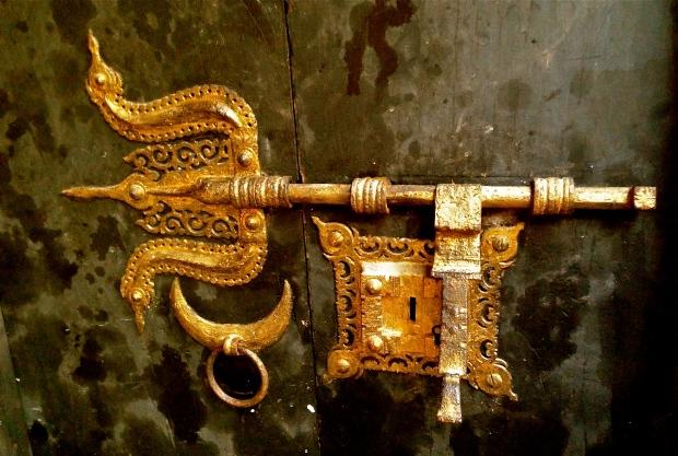 La serrure de la porte du théatre