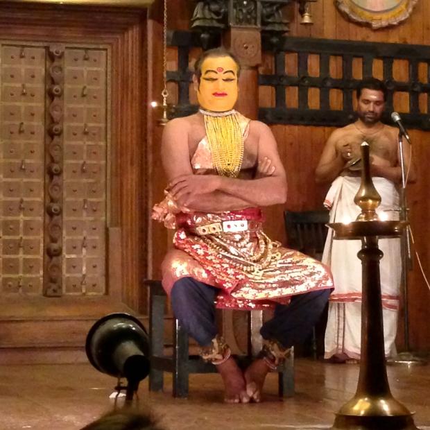 l'acteur interprete par les mudras l'histoire que récite le chanteur ( à droite avec les cymbales )