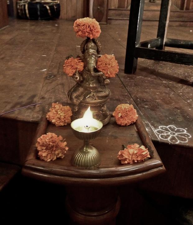 Lampe à huile devant Ganesha à gauche de la scène