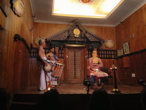Le tambour vertical est un CHENDA joué avec des batons, l'horizontal un maddalam joué avec les mains. A gauche avec la paume, à droite avec les doigts.