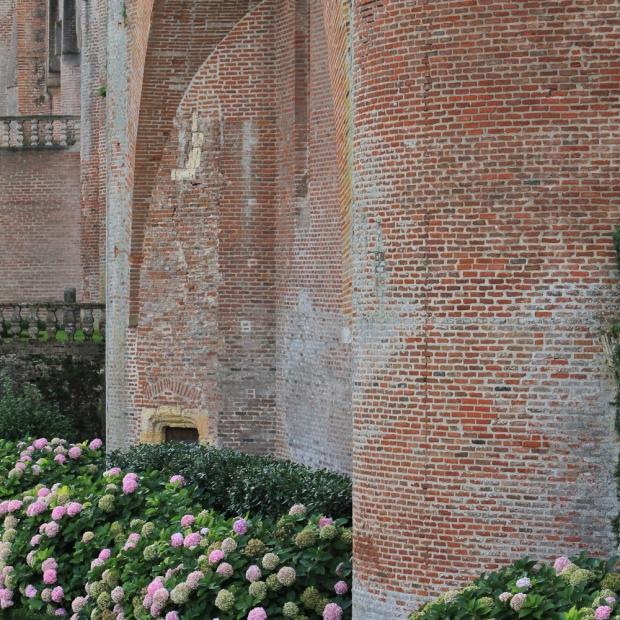 """Style """"forteresse"""", avec des massifs d'hortensias qui feraient pâlir la France entière."""