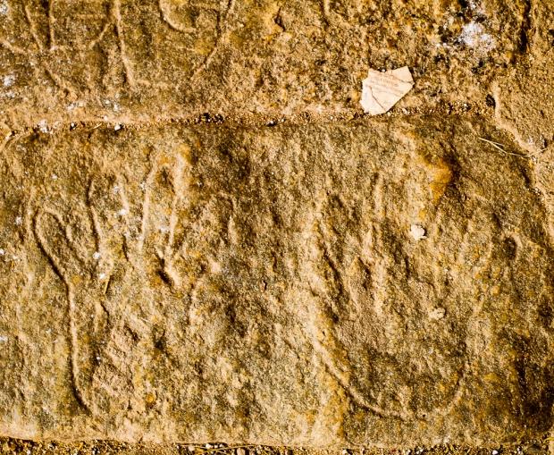 Mains dans le sol du temple