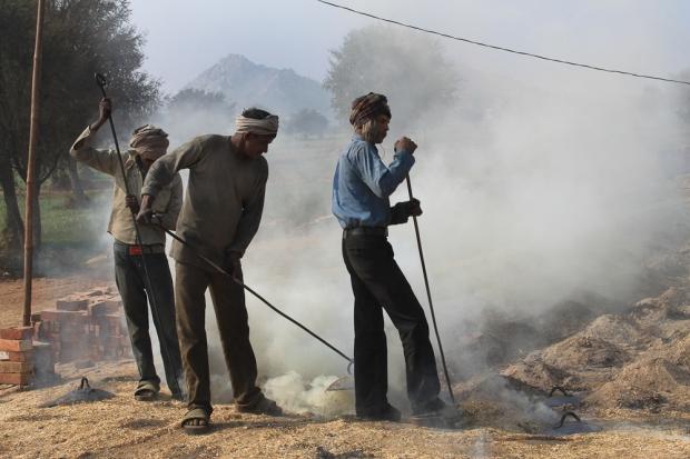 Dans une briqueterie en Inde,