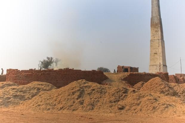 Les cheminées des briqueteries bordent la route IMG_9478-1