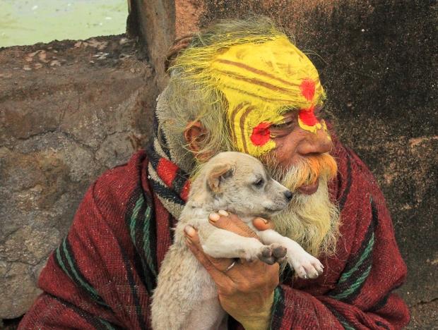 Dog avec son sadhu Orcha, ce sont de vrais copains qui se partagent équitablement les biscuits.