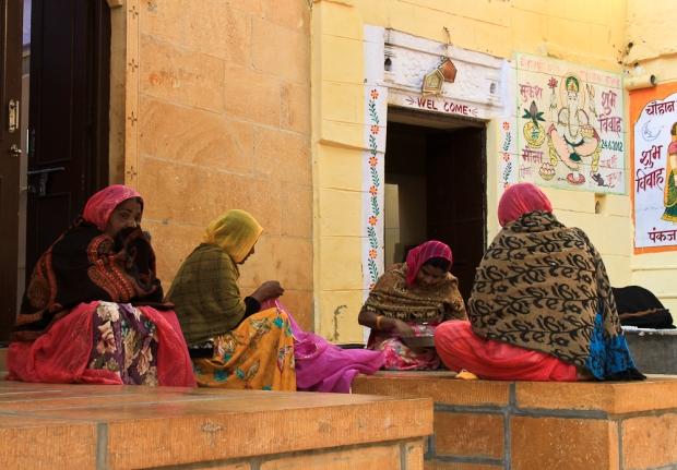 Des brodeuses faisant causette en famille à Jaisalmer