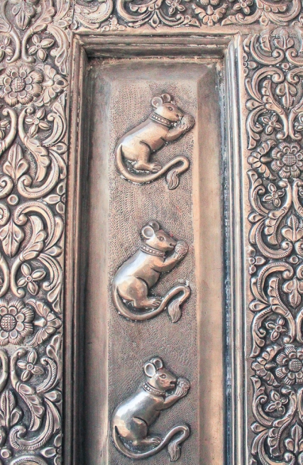 Des rats martelés sur la porte en Argent massif.
