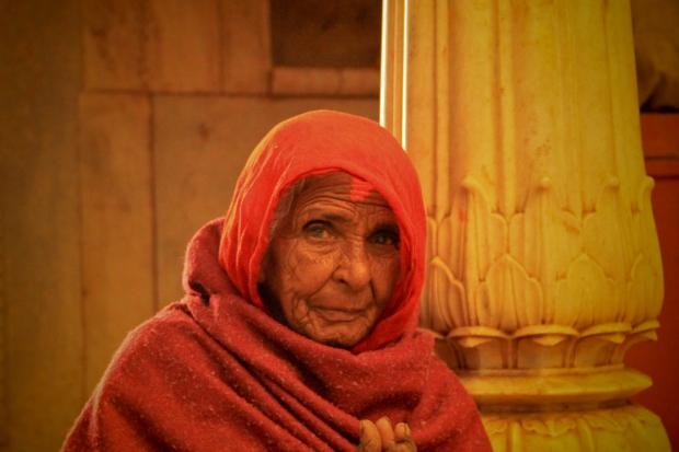 La dame attend également une donation, elle aussi, a faim.