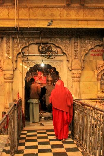 Les fidèles vont se faire bénir devant la statue de la déesse