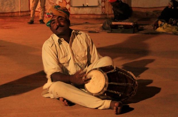 Musicien au campement de Khuri