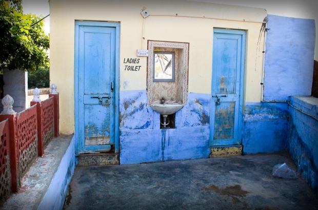 Resto Shree Ashapuna, des toilettes relativement luxueuses dans le désert.