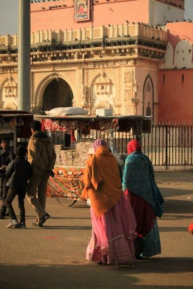 Un stand pour acheter de la nourriture pour les rats devant le temple