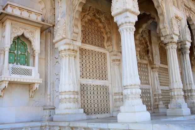 Jali (marbre sculpté qui permet la circulation de l'air) et piliers
