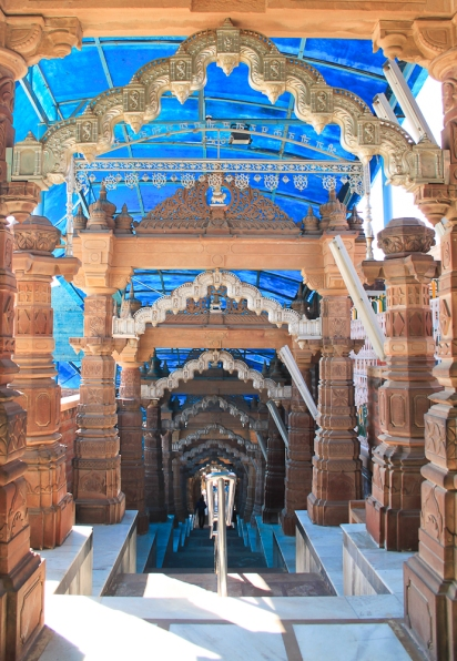 Piliers et architraves décorés qui ménent au sanctuaire. IMG_1699-1