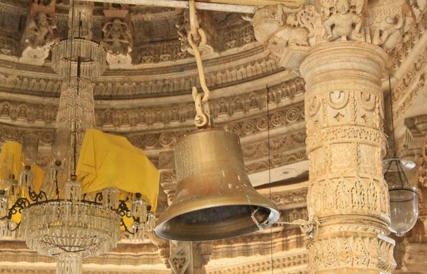 La cloche et le lustre Temple d'Adinah Ranakpur
